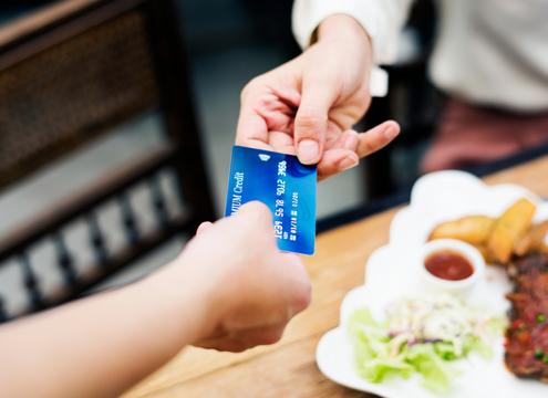 クレジットカードを利用する女性