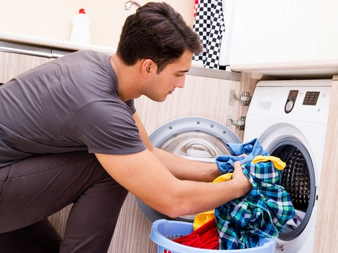 洗濯物を取り出す男性