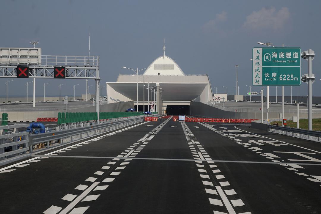 香港、マカオ、珠海市を結ぶ海上橋、海底トンネル部分の入口。2018年3月28日。