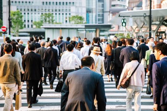 ビジネス街を歩く人々