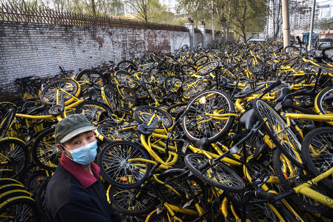 修理場に積み重ねられた、壊れたofoのシェア自転車。北京、2017年3月29日。