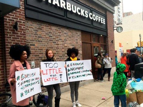 抗議する女性