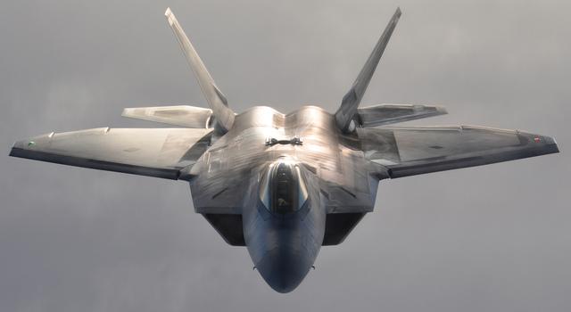 アラスカ上空を飛ぶF-22 ラプター。