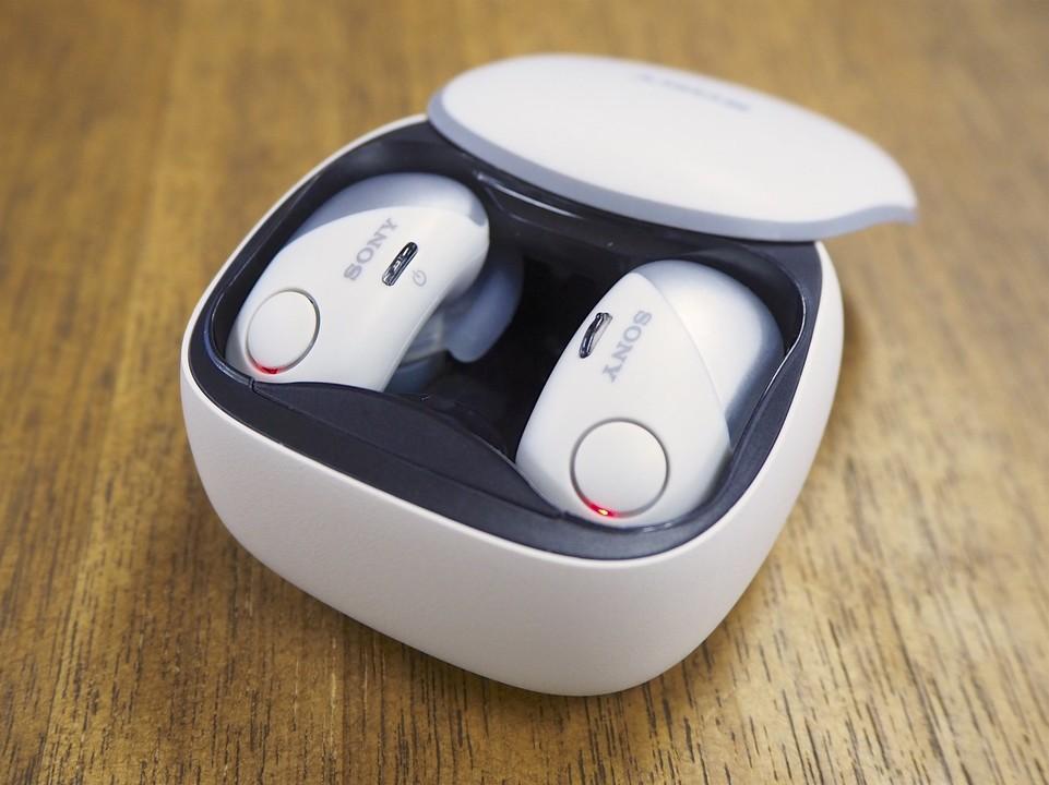 充電器兼用の箱型収納ケースで充電するスタイルはアップルのAirPodsが出て以降、いわゆる完全無線イヤホンではスタンダードなものになった。