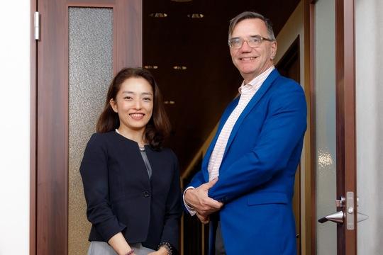 佐々木裕子さん(左)とビル・バーネットさん(右)。