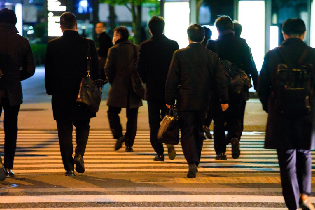 夜の街を歩くサラリーマン