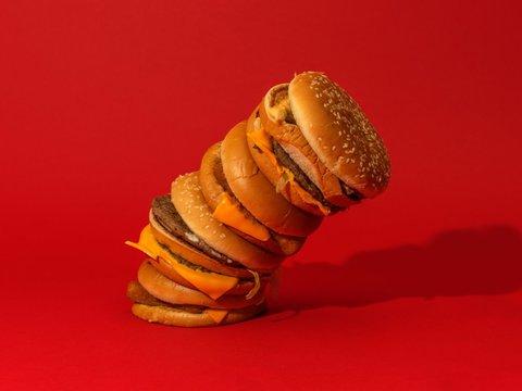 積み上げられたハンバーガー