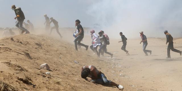 逃げるパレスチナ人デモ参加者
