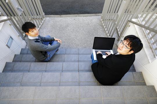 複業研究家の西村創一朗さん(左)と「天才プログラマー」矢倉大夢さん(右)