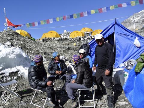 登頂が中止となり、ベースキャンプでくつろぐシェルパたち。