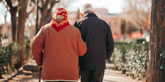 腕を組んで歩く老夫婦