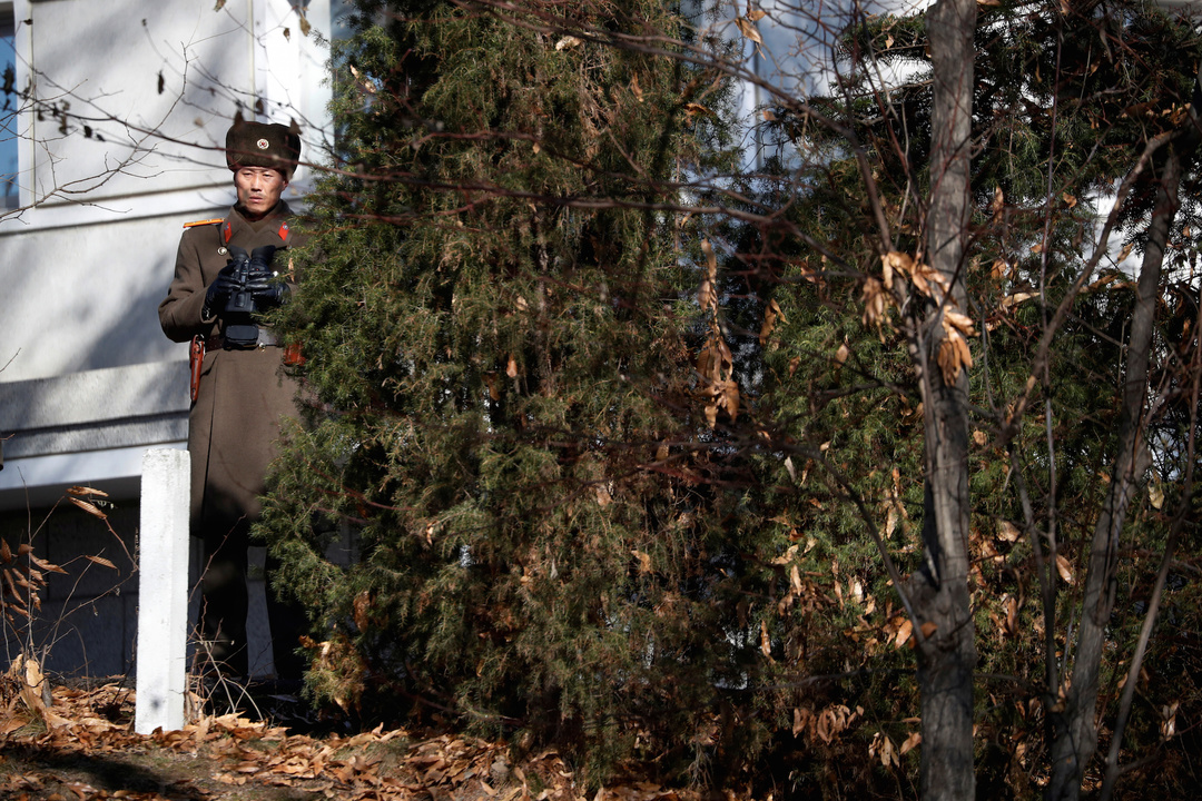 監視にあたる北朝鮮兵