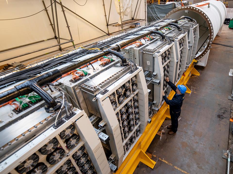 864台のサーバーと冷却システム