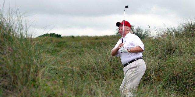 ゴルフをするトランプ氏