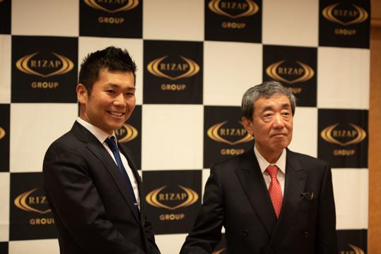 RIZAP(左)とカルビーCEOの松本晃氏(右)