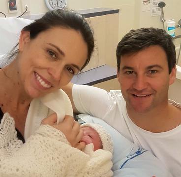 アーダーン首相と赤ちゃん、パートナーのクラーク・ゲイフォードさん