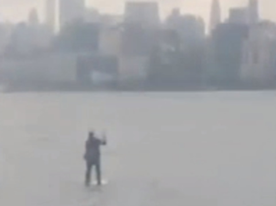 video-shows-a-guy-paddle-boarding-across-the-hudson-river-in-a-suit-so-he-didnt-miss-a-meeting-in-nyc