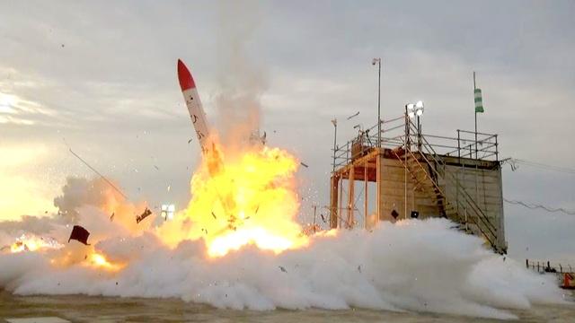 爆発炎上するMOMO2号機
