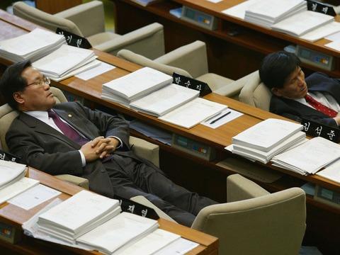 議場で仮眠する議員
