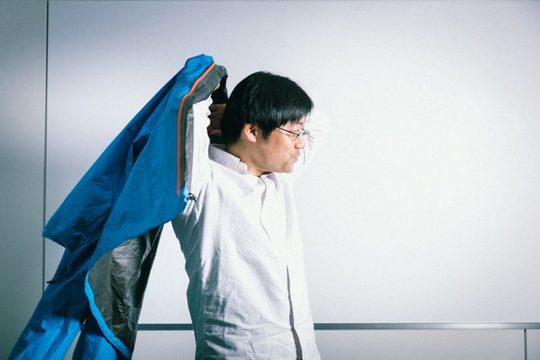 ジャケットを羽織る合田さん