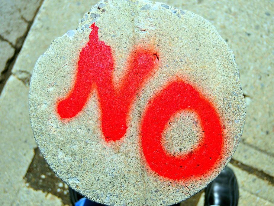 「ノー」と書かれた石