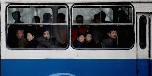 窓の外を眺める人々