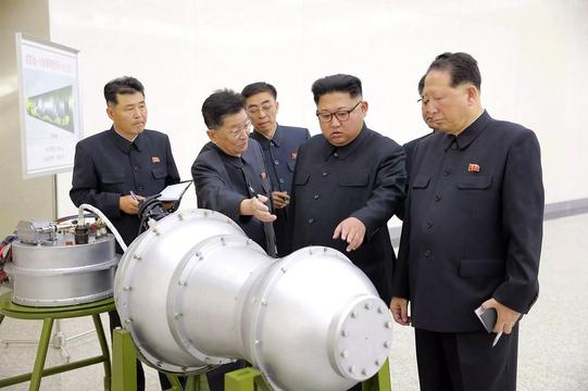 小型化された熱核弾頭の部品と思われるものの前に立つ北朝鮮の最高指導者、金正恩氏。