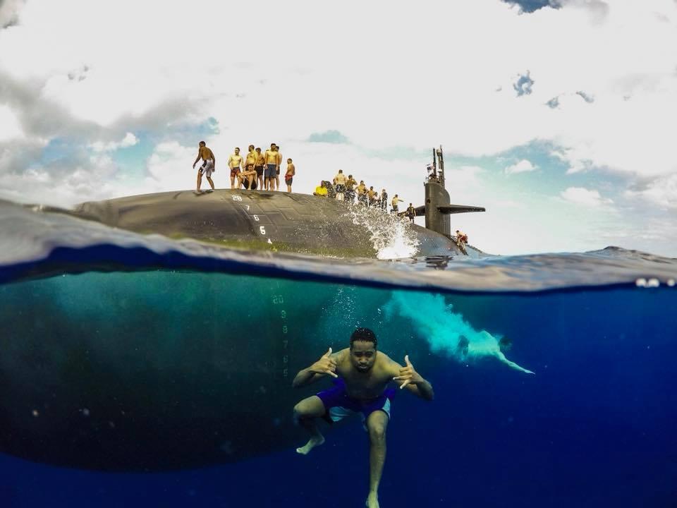 写真で見る、原子力潜水艦の隣で泳ぐ米海軍の兵士たち