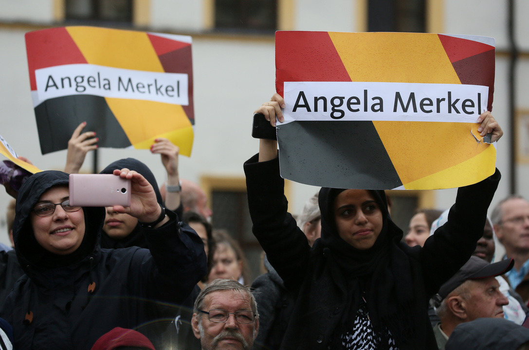 メルケル首相を支持するシリアからの難民たち