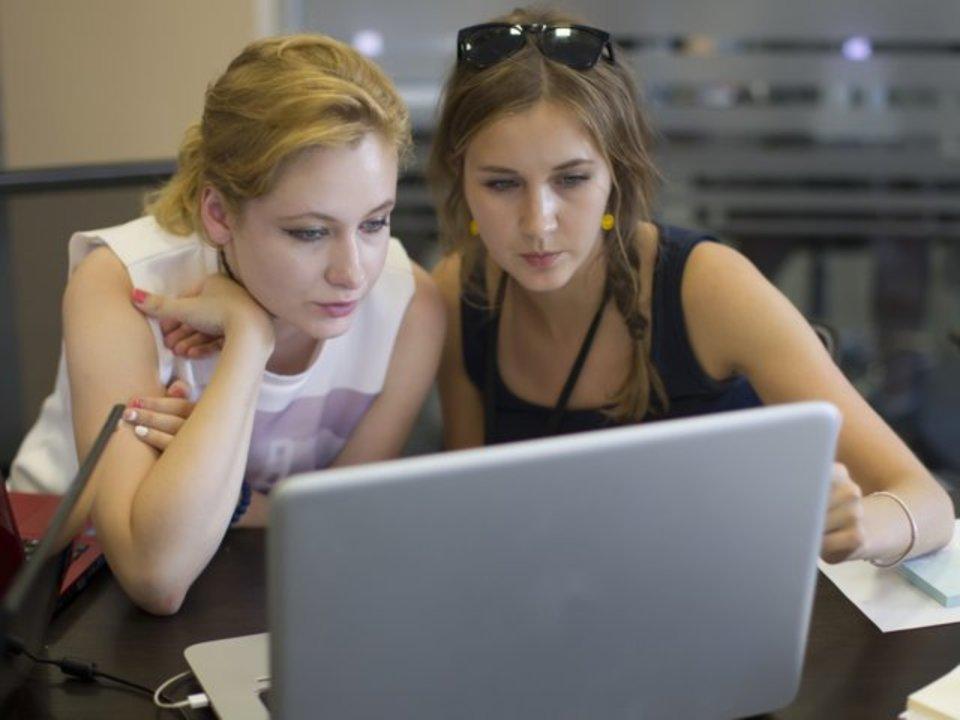 PCを囲む女性たち