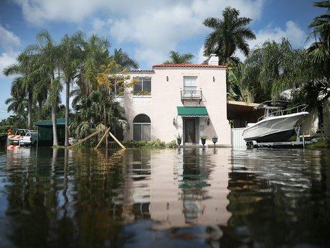 水が迫った住宅