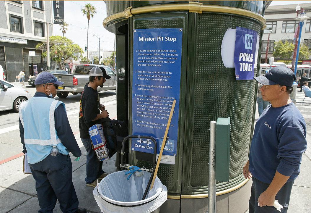 サンフランシスコのミッション・ディストリクトにあるトイレ、ピット・ストップの外に立つ係員。