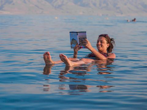 水に浮きながら読書を楽しむ女性