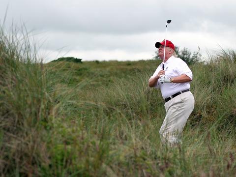 ゴルフをするトランプ大統領