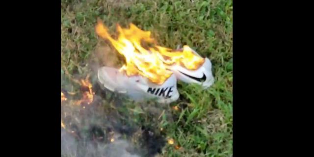 抗議のために燃やされるナイキのシューズ