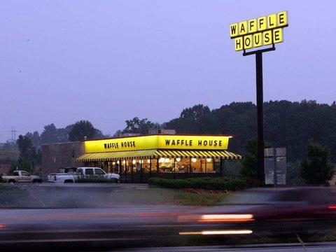 ワッフル・ハウス(Waffle House)は、24時間365日営業している。
