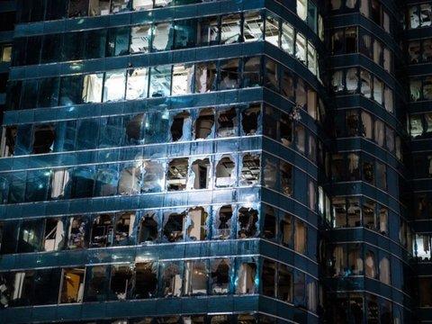 台風22号で窓が吹き飛んだビル