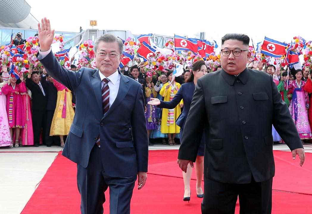 南北首脳会談を前に歓迎式典に出席した韓国の文在寅大統領(左)と北朝鮮の金正恩委員長