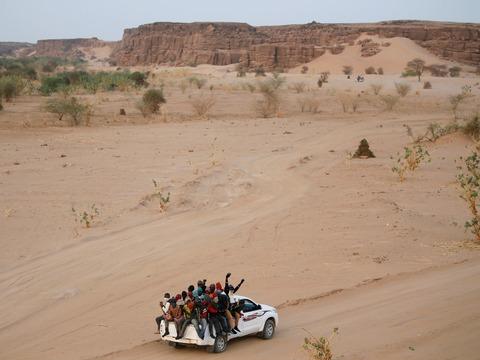 砂漠を移動する移民
