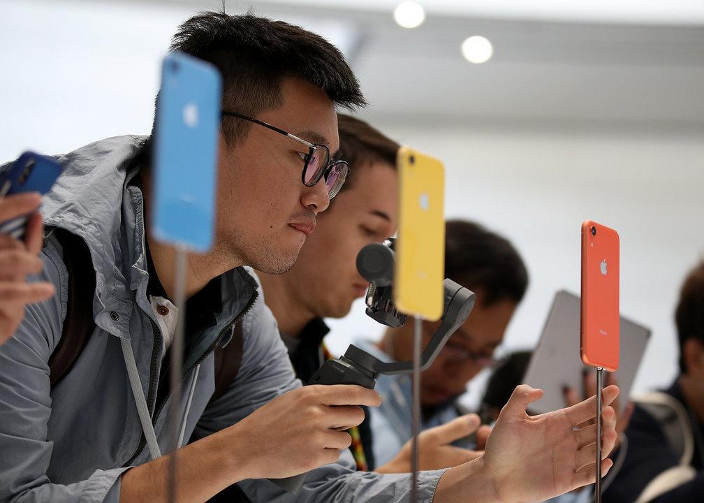 アップルストアで iPhone XRをチェックするユーザー