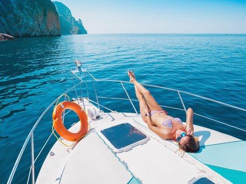 ヨットでくつろぐビキニ姿の女性