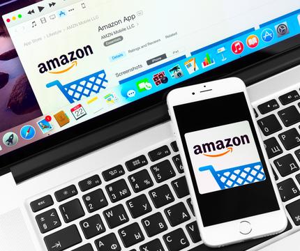 アマゾンの画面が表示されたスマホとパソコン