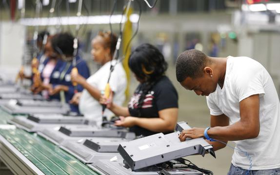 液晶テレビの組み立てラインで働く人たち