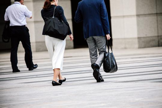 仕事帰りの男性と女性