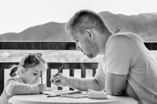 娘の勉強を見る父親
