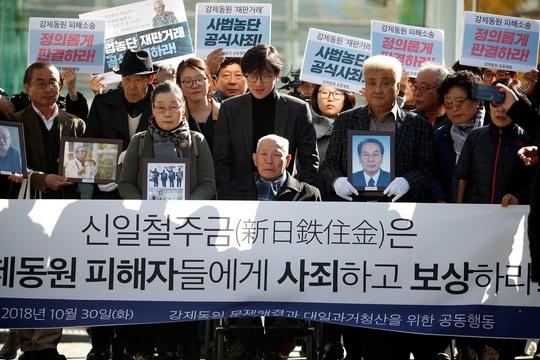 10月30日、ソウルに集まった元徴用工の男性とその支援者。