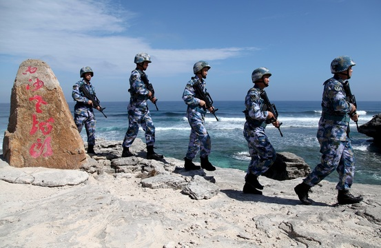 中国とベトナムなどが領有権を争う、南シナ海のパラセル諸島の島をパトロールする中国軍兵士。