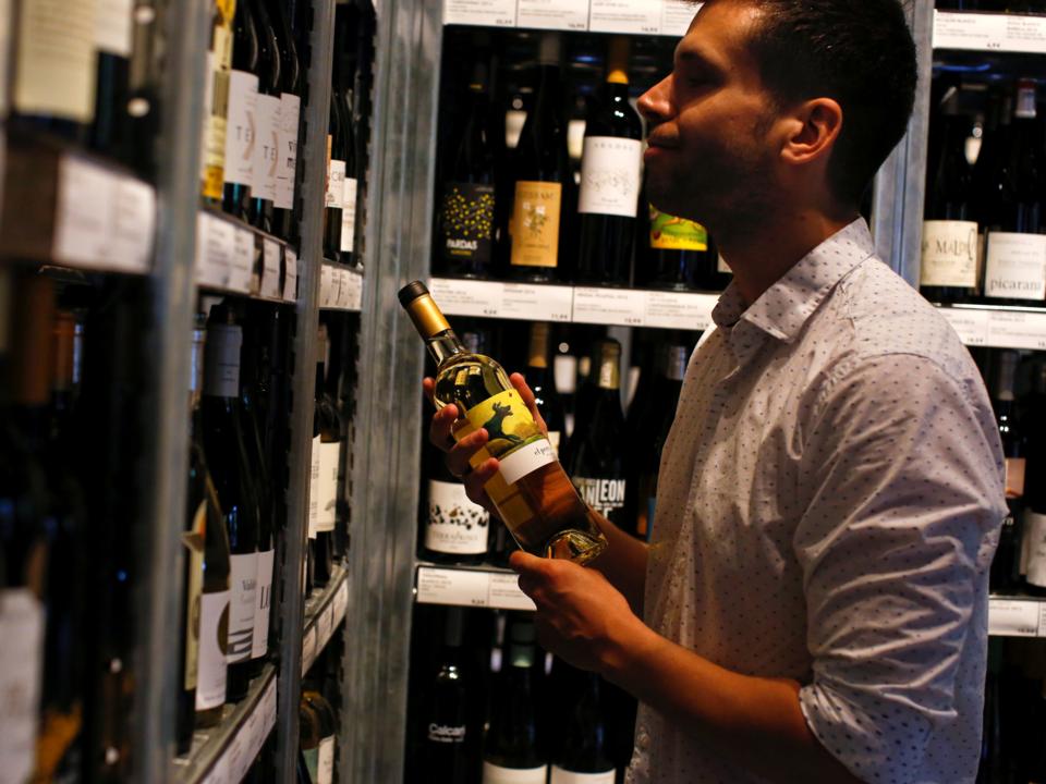 ワインを手に取る男性