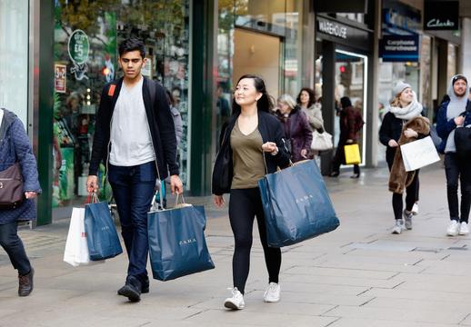 ショッピングをする人たち