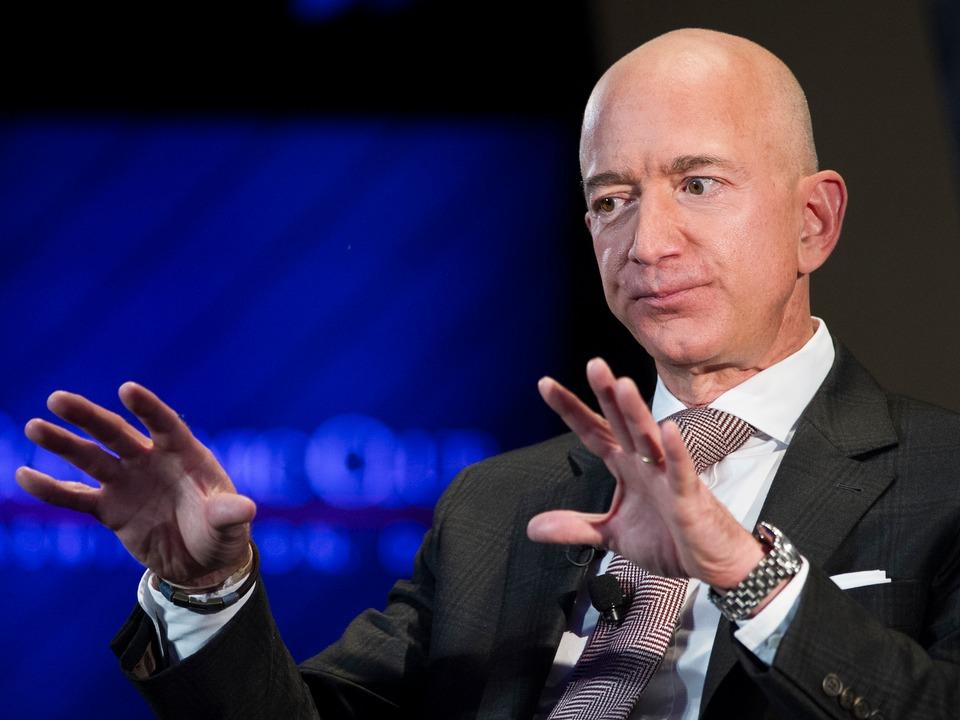 アマゾンの倉庫スタッフ ジェフ ベゾスは 逆さピラミッド の一番下と